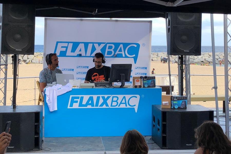 Estudi mòbil de Ràdio Flaixbac, durant la festa de fi de temporada a Sant Antoni de Calonge